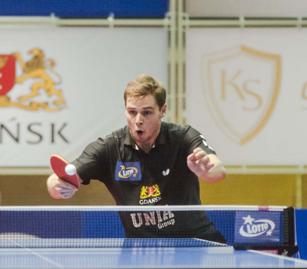 Mattias Oversjo nie tylko wygrał najspokojniej wśród gospodarzy, ale jeszcze pokazał widowiskowy tenis stołowy.