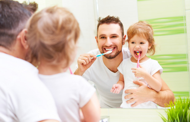 Stopień przy umywalce umożliwi dziecku korzystanie z niej, będzie mogło robić przed lustrem to samo, co rodzice i nie będzie próbowało wspinać się po armaturze.
