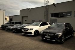Sporym zainteresowaniem gości cieszył się debiutujący GLC43 AMG (pierwszy z prawej). U jego boku widzimy kolejno: GLE63 AMG S, S63 AMG Coupe, SL63 AMG i G63 AMG.