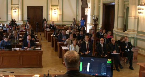 Na sesję Rady Miasta przyszła wdowa po byłym marszałku Sejmu - Elżbieta Płażyńska i młodszy syn Kacper (na zdjęciu w pierwszym rzędzie).