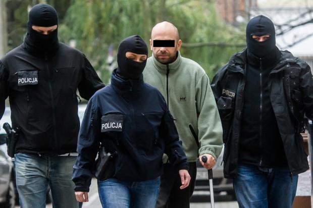 Krystian W. w drodze na przesłuchanie. Zdjęcie wykonano w listopadzie 2015 roku.