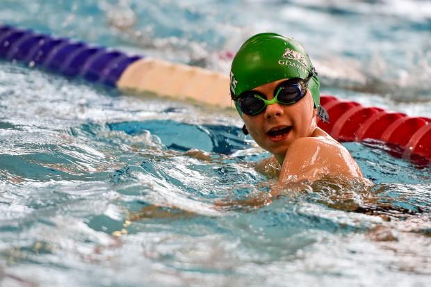 Nauka pływania ma pozytywny wpływ na rozwój fizyczny dzieci.
