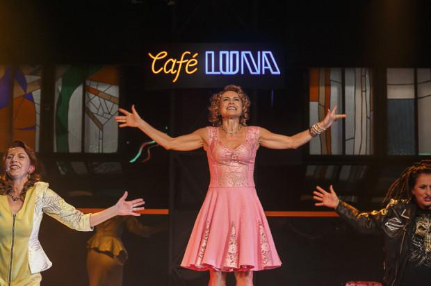 """Sezon 2016/2017 Teatru Miejskiego w Gdyni 1 października zainauguruje """"Cafe Luna"""" Anny Burzyńskiej w reżyserii Józefa Opalskiego."""