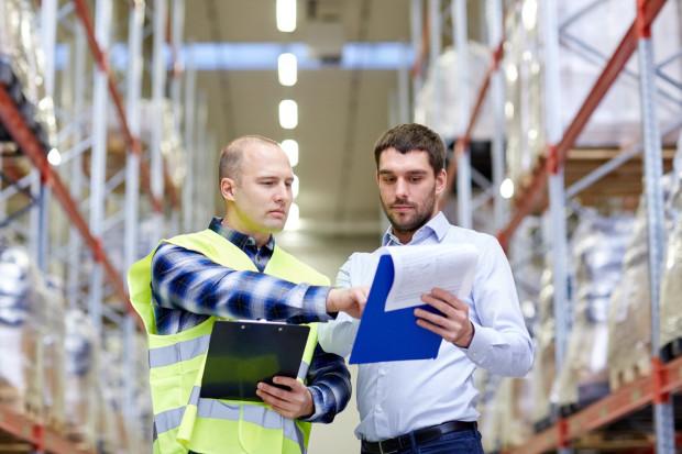 Oprócz porównywania materiałów budowlanych pod względem ceny i jakości, istotne będą także usługi dodatkowe oferowane przez punkt sprzedaży, na przykład czas i koszt dostawy.