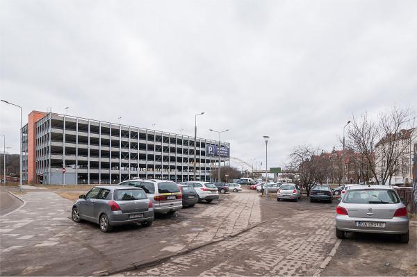 Kierowcy domagają się parkingów kubaturowych, a gdy te powstają i tak wolą unikać opłaty. W obecnej sytuacji budowa kolejnych kosztownych obiektów tego typu nie ma żadnego sensu.