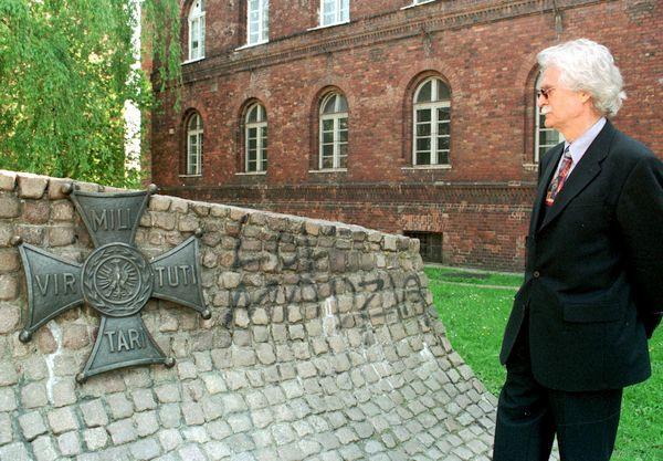 Dieter Schenk, niemiecki policjant i dziennikarz. Jego publikacje doprowadziły do rehabilitacji 38 polskich pocztowców, którzy zostali zamordowani przez Niemców w ramach zbrodni sądowej 5 października 1939 r.