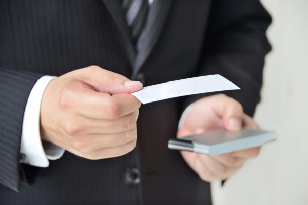 Wygląd wizytówki, którą chętnie wymieniamy się przy wielu okazjach, jest istotnym elementem naszej komunikacji z klientami.