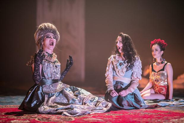 """""""Portret damy"""", poprzedni spektakl Eweliny Marciniak w Teatrze Wybrzeże i pierwszy na Dużej Scenie, zachwycał wizualnie. Jak wypadnie druga próba na Dużej Scenie, przekonać się będzie można już w połowie października lub na początku grudnia."""