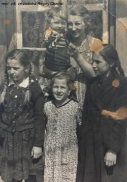 Przed domem przy Kleine Seebadstraße (po wojnie ul. Pawia). Lucie Kuźniarek na rękach trzyma syna Manfreda, a pośrodku stoi córka Regina. Obok niej po lewej stronie widać kuzynkę Gizelę, a po prawej Helgę. Zdjęcie z 1941 r.