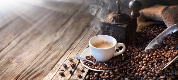 """Dwie najdroższe kawy świata swoje nazwy zawdzięczają nie tyle gatunkowi ziarna, co sposobowi ich przetwarzania. Indonezyjski Kopi Luwak oraz tajlandzka Black Ivory """"przepuszczane"""" są przez układ pokarmowy zwierząt: cywety i słonia. Ich ceny zaczynają się od 4 tys. zł za kilogram ziarna."""