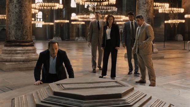 Trio Howard, Brown i Hanks znów na wielkim ekranie bawi się w obnażanie teorii spiskowych i składanie zagadkowych puzzli, które oczywiście ukryte są w muzealnych salach.