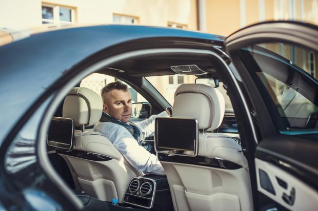 Remigiusz Weber, właściciel firmy Vipstransfer, przewożącej ważnych gości, odwiedzających Trójmiasto. Na zdjęciu w swoim najlepszym samochodzie - limuzynie Mercedes-Benz klasy S.