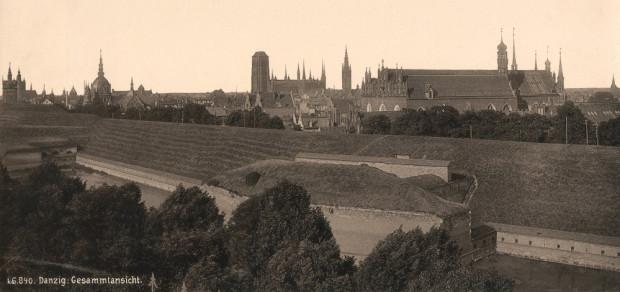 Archiwalne zdjęcie z 1894 roku przedstawiające Bastion Kot oraz fragmenty Bastionu Wozowego (po lewej stronie). Widok od strony Zaroślaka.
