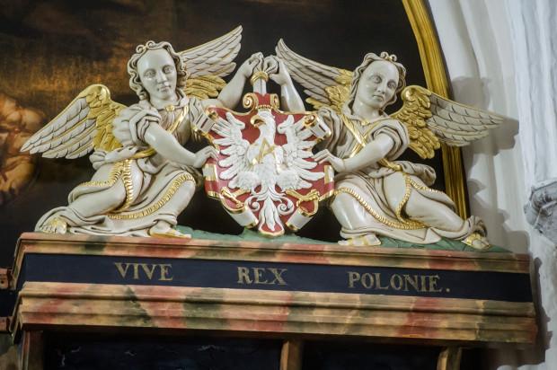 Zrekonstruowany herb Królestwa Polskiego znajduje się w ławie Bractwa św. Rajnolda.