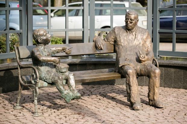 """Grass posiada już w Gdańsku własny pomnik, który znajduje się tuż obok odsłoniętej wiele lat temu postaci z jego książki """"Blaszany Bębenek"""". Wkrótce będzie miał też rondo."""