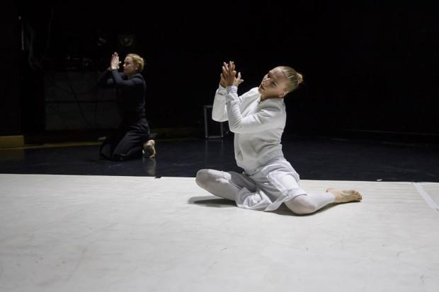 """Joanna Nadrowska (na pierwszym planie) przygotowuje swój nowy spektakl taneczny - """"Po drugiej stronie"""". Premiera 19 listopada."""