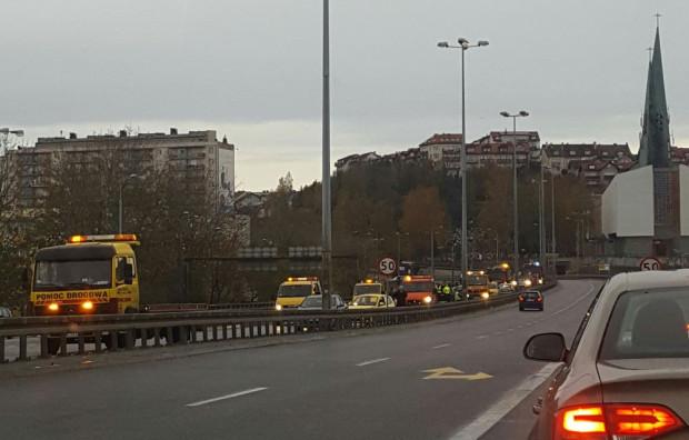 Usuwanie rozbitych pojazdów z Estakady Kwiatkowskiego.