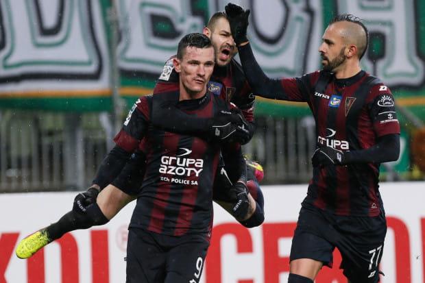 Adam Frączczak (nr 9) po strzeleniu gola na 1:1 przyjmuje gratulacje od piłkarzy Pogoni Szczecin.