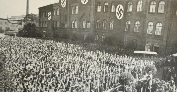 Propagandowy wiec na terenie Stoczni Gdańskiej, 5 IX 1939 r. Do pracowników zakładu przemawia Albert Forster (źródło: Danziger Werft 1844-1944, Danzig 1944).