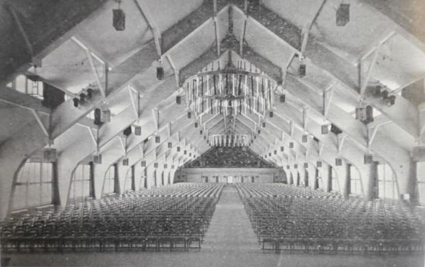 """Monumentalne wnętrze głównej sali """"Domu Wspólnoty"""" Stoczni Gdańskiej w 1944 r. Budynek obecnie nie istnieje (źródło: Danziger Werft 1844-1944, Danzig 1944)."""