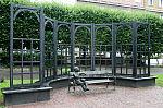 Laweczka - pomnik na Placu Wybickiego w Gdansku Wrzeszczu w holdzie Gunterowi Grassowi i bohaterom jego powiesci Blaszany Bebenek