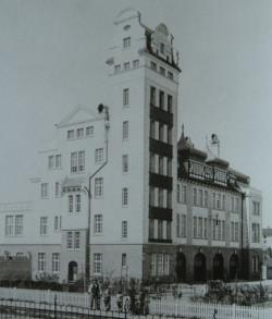 Jednostka straży pożarnej przy ul. Sosnowej 2, niedługo po wybudowaniu. Dziś bez szczytu wieży, gdyż ten... uległ spaleniu.