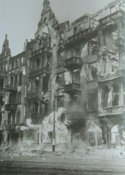 Jeden z setek pożarów w Gdańsku 1945 roku. Płoną kamienice przy ul. Wały Jagiellońskie.