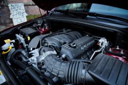 Pod maską SRT drzemie benzynowy silnik o pojemności 6,4 litra.