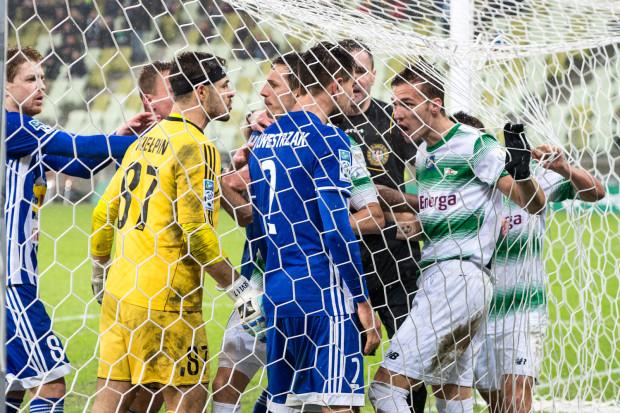 Piłkarze Lechii Gdańsk wyrywali 3 punkty w meczu z Wisłą Płock, gdyż nie odpuszczali nawet w takich sytuacjach. Na zdjęciu przepychanki w bramce gości po golu na 1:1.