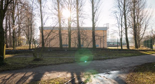 Od strony skrzyżowania al. Hallera z ul. Chrobrego będzie mogła powstać 40-metrowa zabudowa. Na zdjęciu widoczna jest stacja prostownikowa, w miejsce której zaplanowano ogólnodostępny plac przed nowymi budynkami.