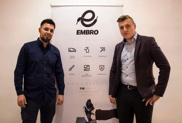 Współwłaściciele Embro: Bartłomiej Bucholc i Michał Kowalewski. - Projekt Embro współtworzy 16 osób. Są wśród nas tancerze, artyści, graficy, projektanci oraz osoby ściśle związane z social media - mówi Bucholc.
