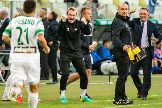 Piotr Nowak (z prawej) chce by piłkarze Lechii dominowali nad rywalami, ale uczy ich, aby radowali się również z mniej przekonujących zwycięstw.