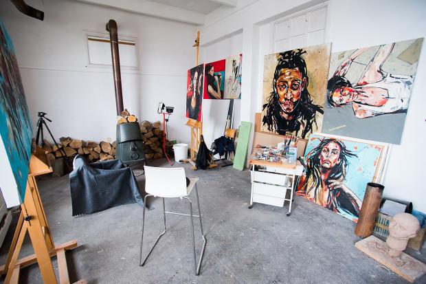 Już od roku artyści zajmują wnętrze starej piekarni. Na czterech piętrach znajdują się m.in. pracownie malarzy, grafików, rzeźbiarzy, muzyków, fotografów.