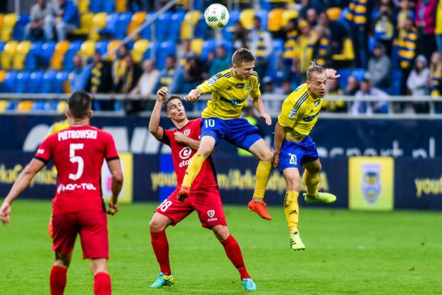 Dominik Hofbauer (nr 20) nie tylko strzelił gola i zaliczył asystę, ale w ostatnich dniach przejął na rozegraniu Arki Gdynia dotychczasową rolę Mateusza Szwocha (nr 10), który 2 ostatnie mecze rozpoczynał na ławce rezerwowych.