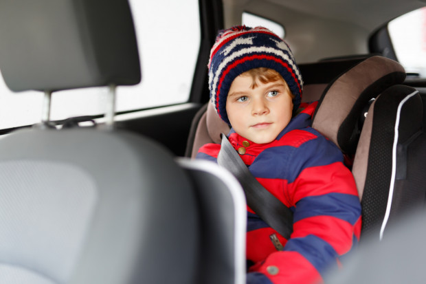 Korzystanie z samochodowej podstawki pomoże nam uniknąć mandatu. Specjaliści jednak zgodnie przyznają, że najlepszym zabezpieczeniem dla dziecka podczas podróży samochodem jest fotelik, więc dopóki dziecko z niego nie wyrośnie, warto wybierać tę opcję.