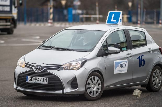 Młodzi kierowcy mogą spać spokojnie, znowelizowane przepisy wejdą w życie dopiero w połowie 2018 roku.