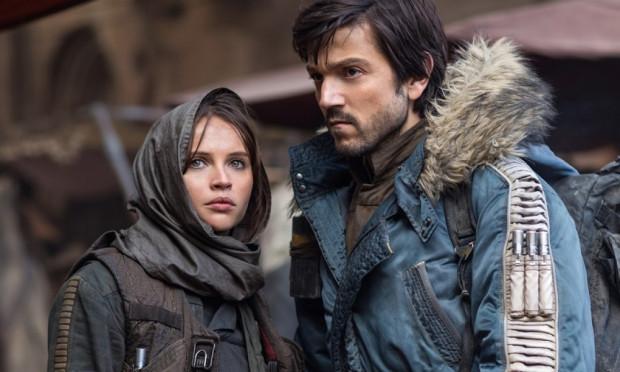 Dwójce głównych bohaterów brakuje nieco charyzmy, ich postaci nie są należycie rozwinięte, a wzajemne więzi sztucznie zacieśnione. Na szczęście bardzo zgrabnie ograno na ekranie końcowe kadry z udziałem Jyn i Cassiana, przez co nieco łaskawszym okiem możemy spojrzeć na ich relacje i filmowe starania.