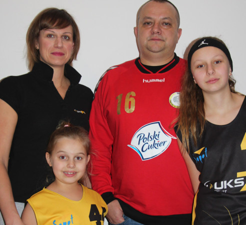 Natalia Sibiga na zdjęciu sportowej rodziny z mamą, tatą i siostrą.