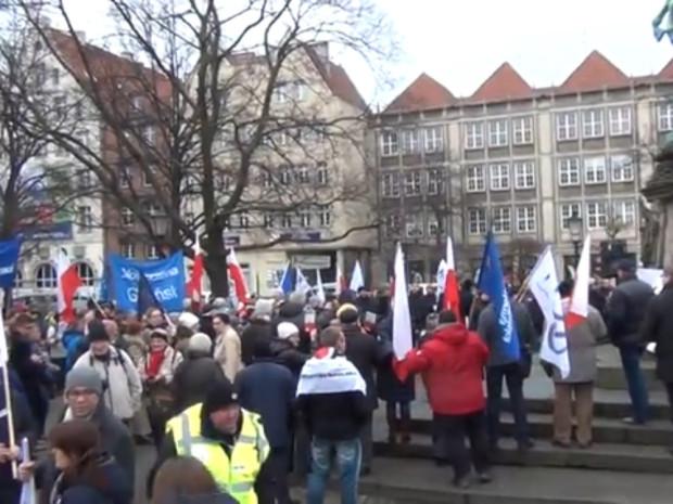 Gdańszczanie protestują pod pomnikiem Sobieskiego.