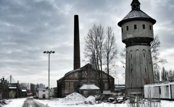 Charakterystyczny komin i wieża ciśnień na terenie dawnych zakładów ZNTK w Gdańsku.