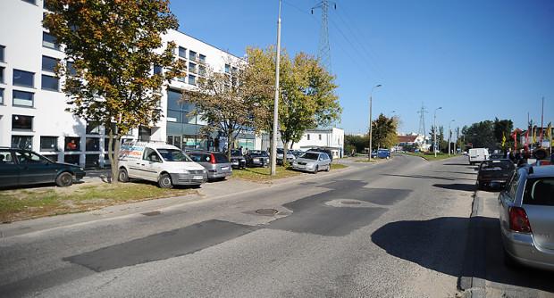 """Już teraz trudno zaparkować auto przed biurowcem """"Hynka"""" w Gdańsku. Po wybudowaniu Trasy Słowackiego w ogóle nie będzie tu miejsc postojowych dla aut."""