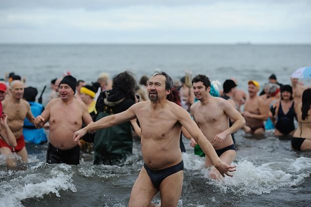 Kąpiel z morsami to tradycyjne powitanie Nowego Roku na trójmiejskich plażach.