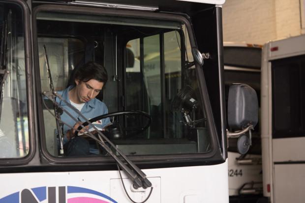 Tytułowy bohater jest kierowcą autobusu. Nie przeszkadza mu to jednak w rozwijaniu poetyckiego talentu. Całą twórczość Paterson skrzętnie chowa w podręcznym notatniku, na łamach którego może daleko wybiec poza przeciętną rzeczywistość.