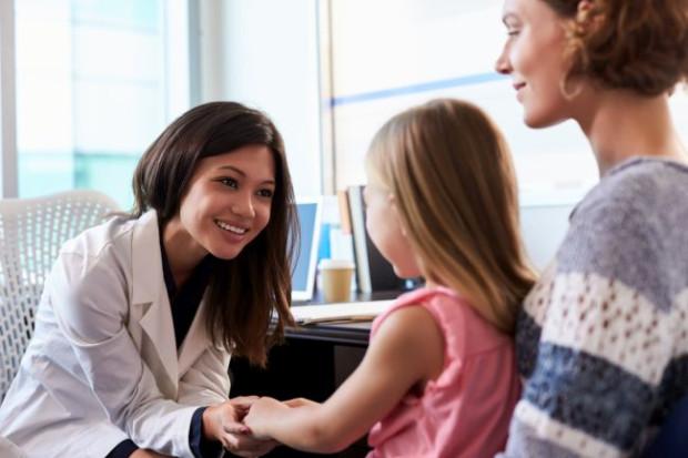 Czy do lekarza z dzieckiem może pójść tylko rodzic, czy może to być opiekunka lub ktoś bliski z rodziny - o odpowiedź poprosiliśmy prawnika Wojciecha Kawczyńskiego.