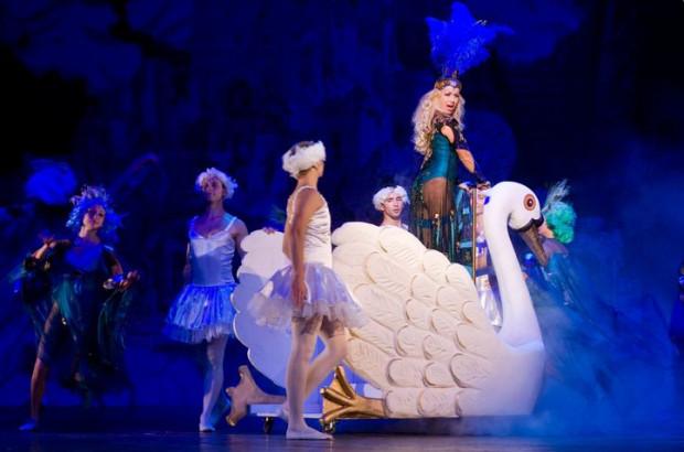 """Teatr Muzyczny pożegnał w październiku musical """"Spamalot, czyli Monty Python i św. Graal"""". Motyw przewodni z tego spektaklu posłużył za podstawę ostatniego Koncertu Sylwestrowego."""
