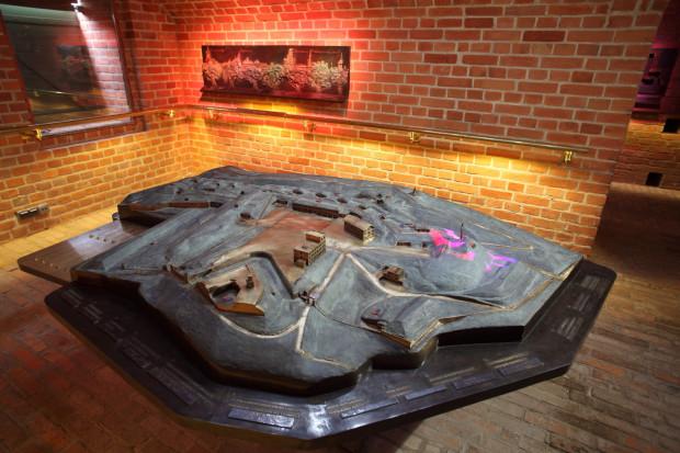 """Wielkoformatowa makieta całego Fortu Góry Gradowej, z opisami w alfabecie Braille'a, jest jednym z eksponatów wystawy """"Hewelianum bez barier"""" w Centrum Hewelianum."""