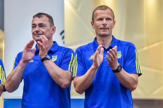Trener Grzegorz Witt (z prawej) od lat przyjeżdża na treningi Arki na rowerze. Zaraził tym m.in. trenera bramkarzy Jarosława Krupskiego (z lewej).