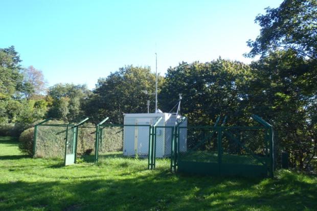 Stacja pomiarowa Agencji Regionalnego Monitoringu Atmosfery Aglomeracji Gdańskiej (skrót. ARMAAG) przy ul. Powstańców Warszawskich w Gdańsku.