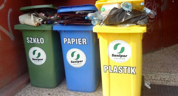 W Gdyni i Sopocie od samego początku reformy śmieciowej mieszkańcy segregują odpady, rozdzielając szkło, papier, plastik i metale oraz odpady biodegradowalne. W Gdańsku taka segregacja zostanie wprowadzona od 1 kwietnia 2018 roku.