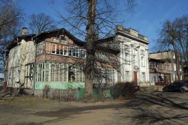 """Koncepcja kuratorska """"Poza sezonem"""" koncentruje się na niegdyś uzdrowiskowym  charakterze dzielnicy Brzeźno i jego późniejszych przekształceniach, które widoczne są szczególnie w architekturze i infrastrukturze turystycznej. Na zdj. Gdańsk - Brzeźno, ul. Zdrojowa."""